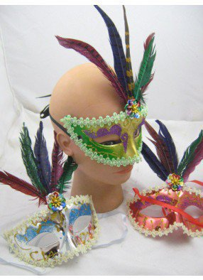 Полумаска с яркими разноцветными перьями