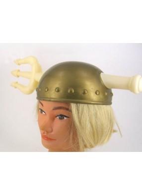 Шлем викинга с торчащим трезубцем