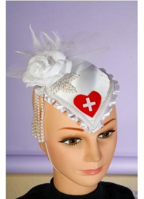 Шляпка медсестры с белой розой