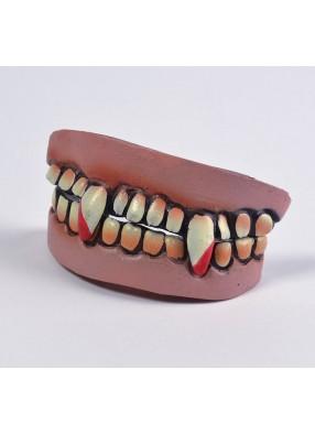 Зубы вампира в крови